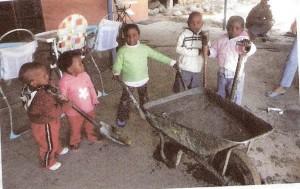 Kinder mit Schubkarre